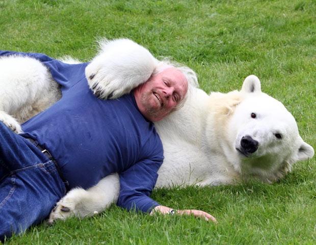 Дружба человека с белым медведем