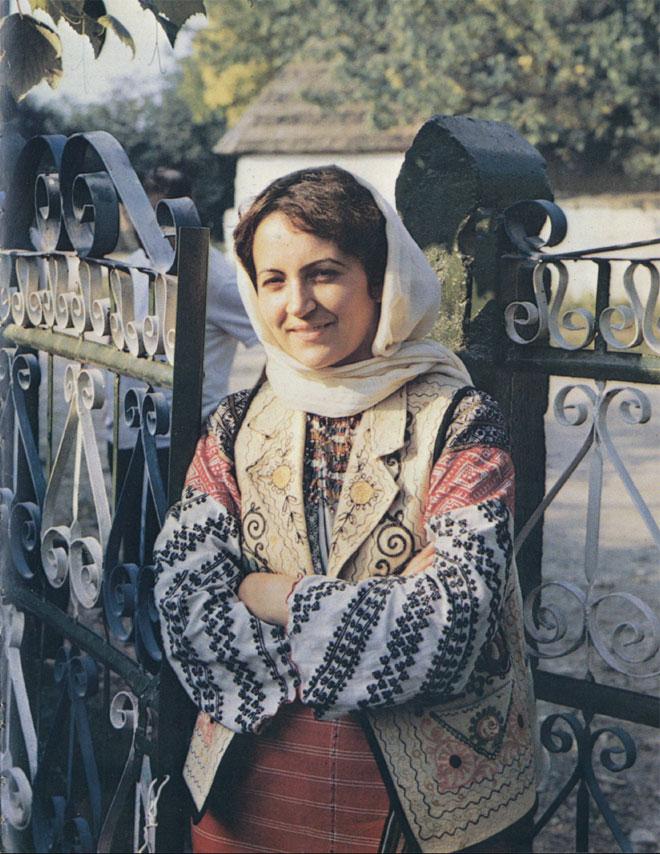 Девушка в праздничной традиционной одежде, характерной для начала XX века (Бричанский район. Снимок 1982 г.)