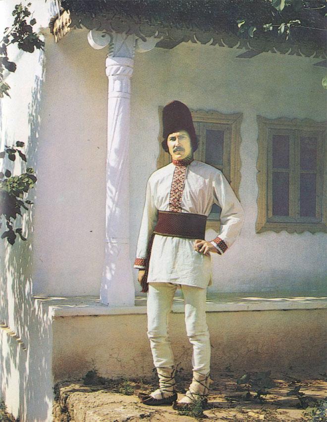 Мужчина в традиционной праздничной одежде начала XX в. (Оргеевский район. Снимок 1982 г.)