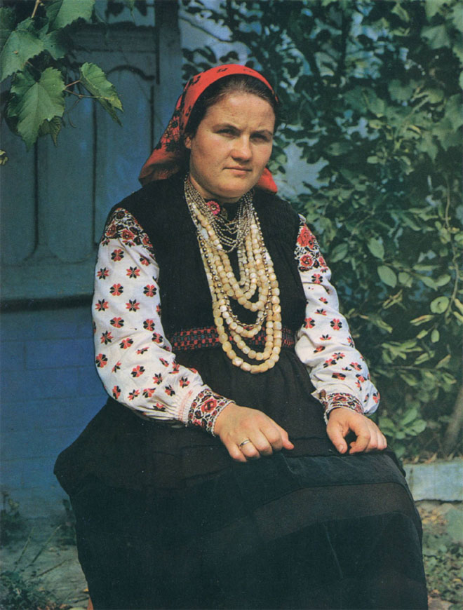 Женщина в праздничном костюме с ожерельями из бисера и бус (Каменский район)