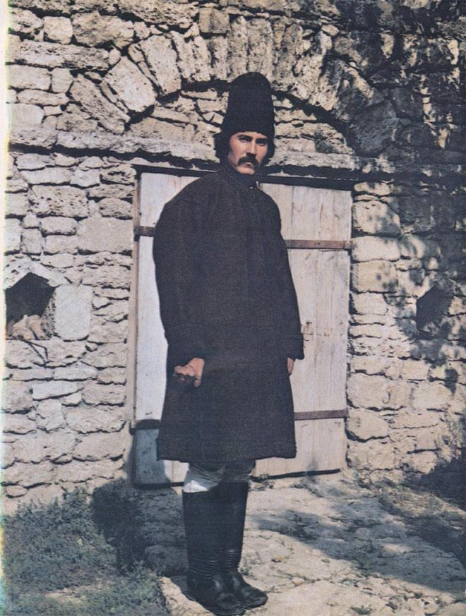 Мужчина в традиционной зимней одежде (Оргеевский район. Снимок 1982 г.)