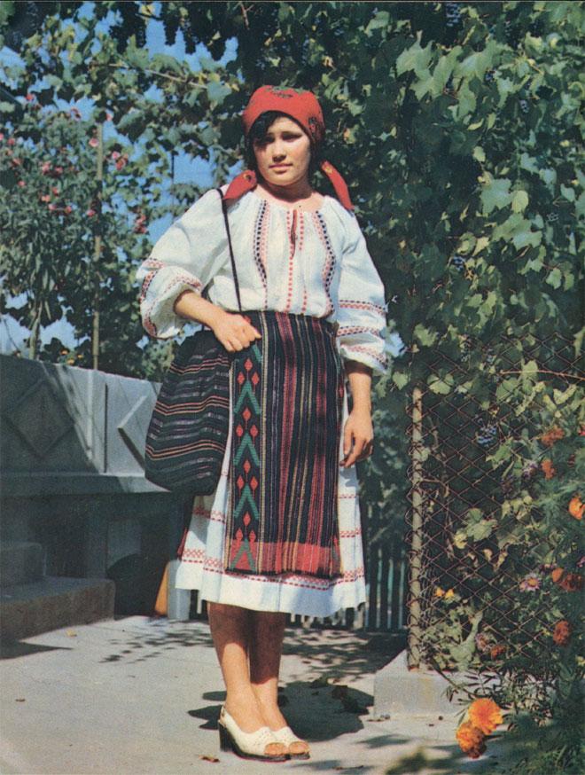 Комплекс праздничной женской одежды центральной этнографической зоны (Государственный Краеведческий музей МССР)