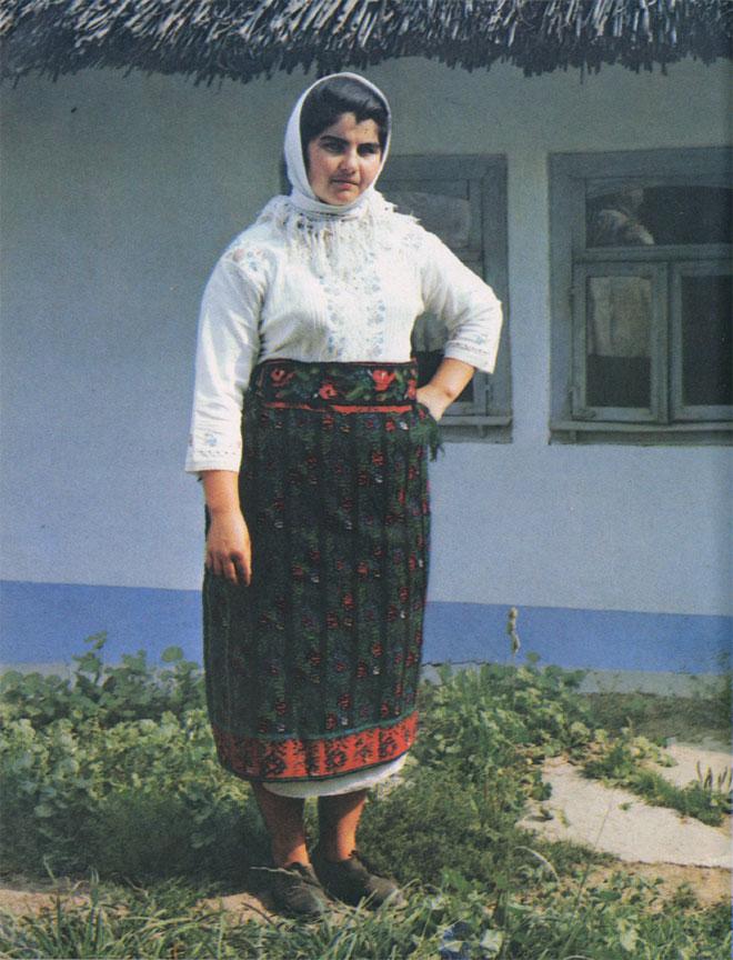 Женщина в традиционной праздничной одежде начала XX в. (Единецкий район. Снимок 1982 г.)