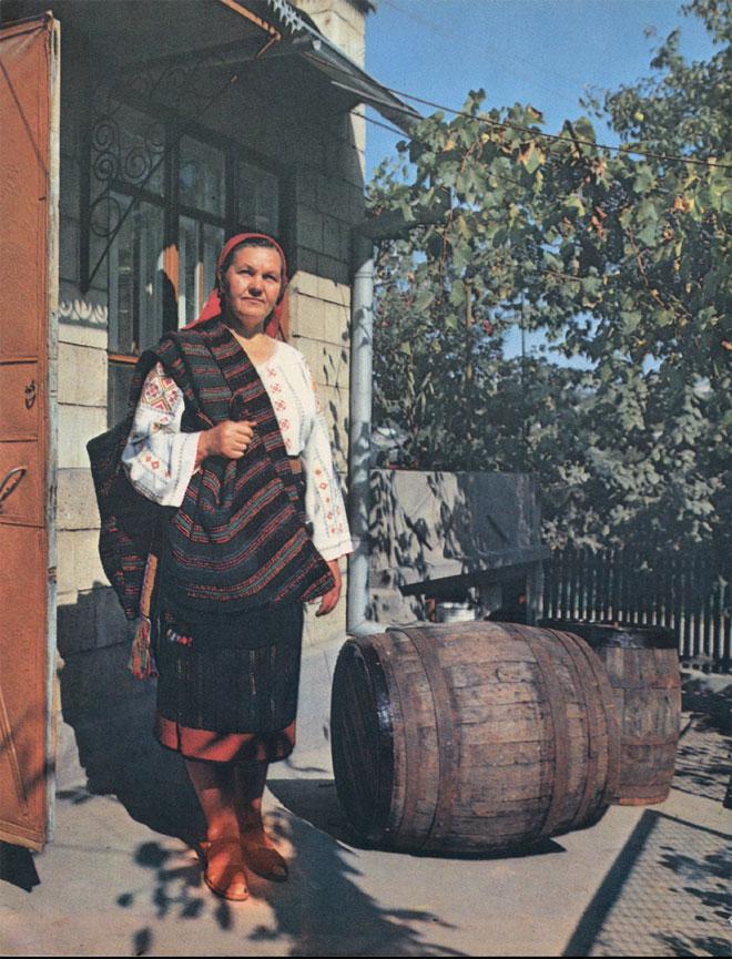 Женщина в традиционном костюме северных районов Молдавии