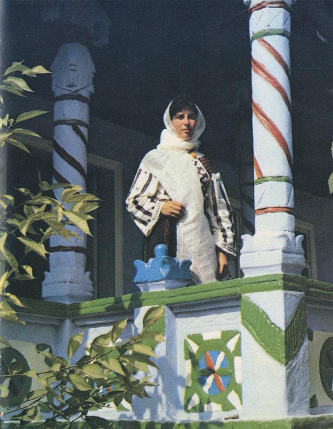 Девушка в традиционной одежде центральной этнографической зоны Молдавии