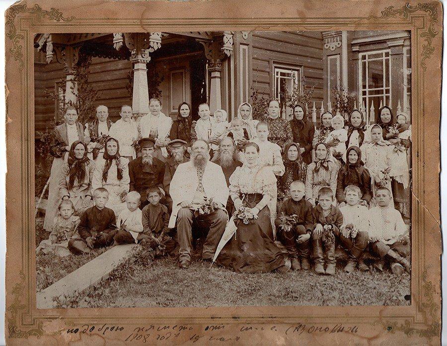 Мартьян Сазонов, с молодой женой, тестем (дьячок за ним и женой), дочками от первого брака, внуками, домочадцами и просто соседями. Около 1900 года Источник: https://www.perunica.ru/zodchestvo/7704-terem-v-astashovo.html