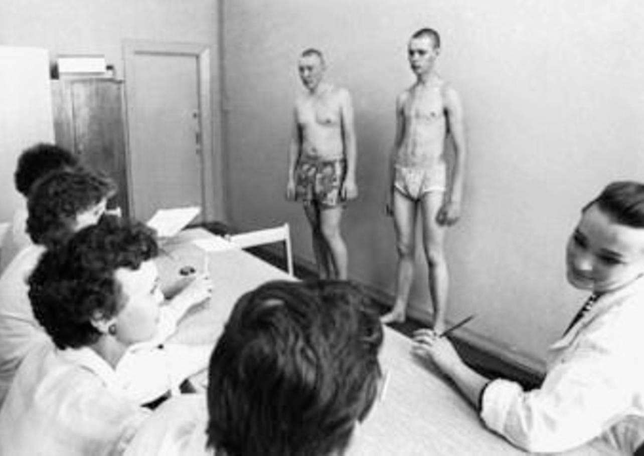 Видео на медкомиссии русским мужикам измеряют член